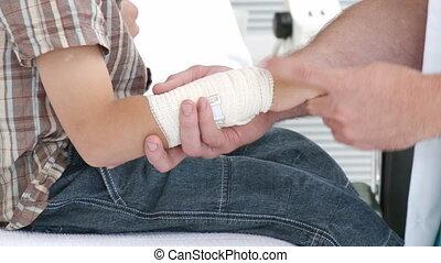 docteur, poignet, mâle, examiner, gosse