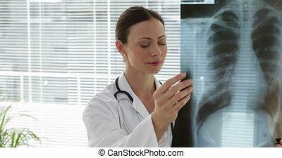 docteur, poitrine, examiner, xray