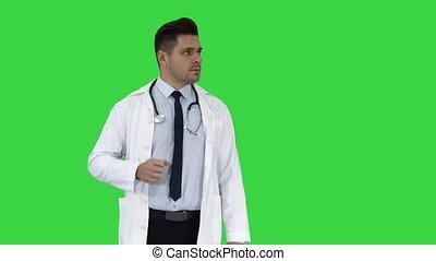docteur, projection, chroma, écran, vert, key., sourire heureux, lui, quelque chose