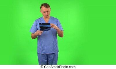 docteur, rayon x, écran, snapshot., bleu, pointage, vert, réexaminer, manteau, mâle