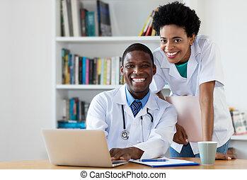 docteur, regarder, américain, appareil photo, africaine, infirmière