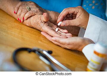 docteur, remettre, adulte aîné, femme, médecine, pilules