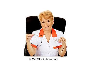 docteur, séance, tient, deux, personnes agées, derrière, femme, bureau, paire, sourire, infirmière, ou, lunettes