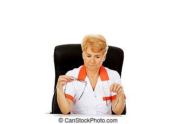 docteur, séance, tient, deux, personnes agées, inquiété, derrière, femme, bureau, paire, infirmière, ou, lunettes