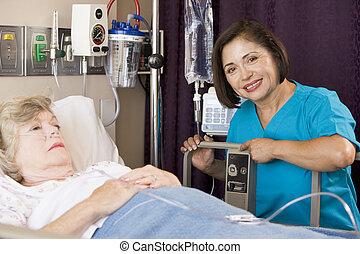 docteur, vérification, haut, sur, femme aînée, patient