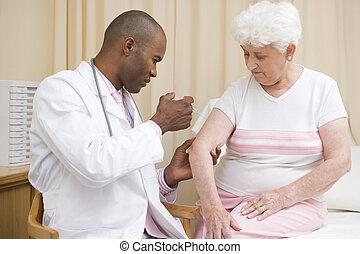 doctor, dar, aguja, a, mujer, en, habitación de examen
