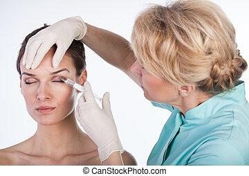 doctor, inyectar, botox, en, el, frente