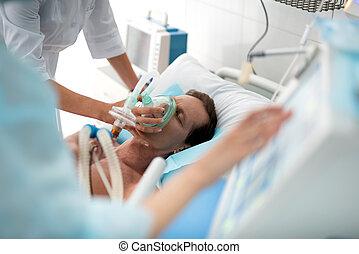 doctor, poniendo, máscara de oxígeno, en, paciente, en, crítico, estado