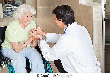 doctor, reconfortante, feliz, mujer mayor