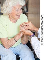 doctor, reconfortante, mujer mayor