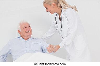doctor, sentarse, hombre, anciano, arriba, porción