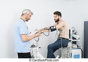 doctor, verificar, presiónsanguínea, de, paciente, sentado, en, ejercicio, bi