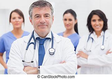 doctor, y, el suyo, equipo, sonriente