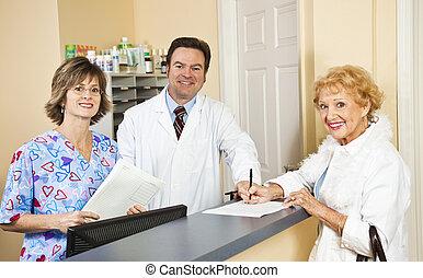 doctor, y, personal, saludar, paciente