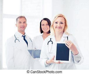 doctora, con, computadora personal tableta