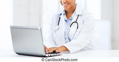 doctora, con, pc de computadora portátil