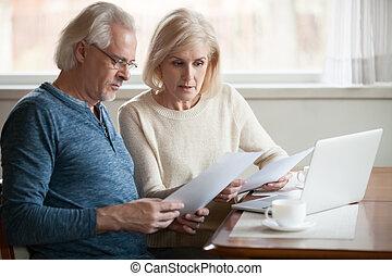 documenti, calcolatore, coppia, conto, preoccupato, serio, anziano, lettura