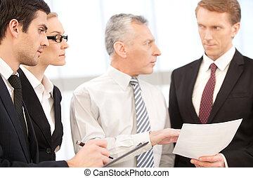 documenti, essi, persone affari, professional., consiglio, quattro, loro, qualcosa, tenere mani, bisogno, discutere