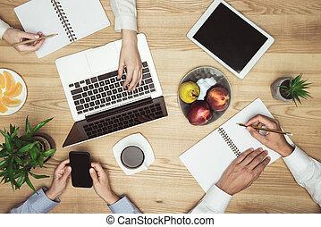 documenti, tavoletta, cima, businesspeople, laptop, smartphone, brainstorming, posto lavoro, digitale, vista