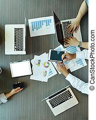 documenti, tecnologia affari, cima, tavoletta, laptop, apparecchiatura, tavola, riunione, vista