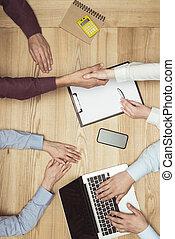 documenti, tremante, cima, businesspeople, posto lavoro, mani, riunione, laptop, vista
