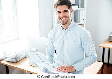 documenti, ufficio, giovane, allegro, presa a terra, uomo affari, cartella
