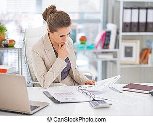 documentos, pensativo, mulher, escritório, negócio