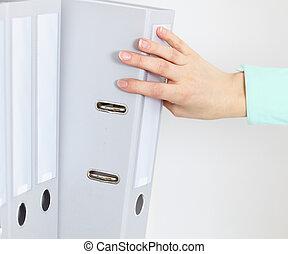 documents, étagère, main, femme, comptabilité, dossier, obtient