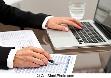 documents., überprüfen, frau reicht