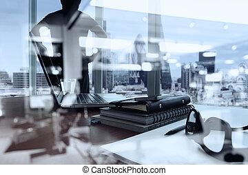 documents affaires, sur, bureau, table, à, intelligent, téléphone, et, tablette numérique, et, londres, ville, vue brouillée, et, homme, pensée, dans, les, fond