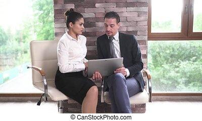 documents, bureau, business, tablet., centre, femme, réexaminer, négociations, homme