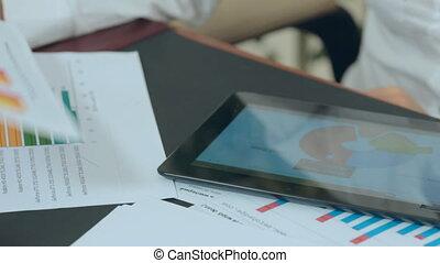 documents, bureau, tablette, fonctionnement, important, table, girl, considère