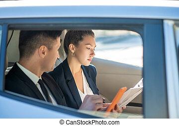documents, complet, homme, femme voiture, regarder