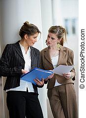 documents, discuter, femmes affaires