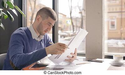 documents, fonctionnement, séance, processus, papiers, mâle, téléphone, jeune, tenue, desk., homme affaires, café, fenêtre, fond, contrat, employé, table, lecture