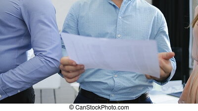documents, groupe, professionnels, réussi, moderne, espace, résultats, coworking, analyser, équipe, rapport, sourire, réunion, discuter, marché