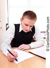 documents, ordinateur portable, derrière, sien, bureau, homme affaires, lecture