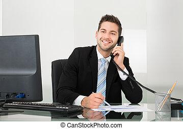 documents, sur, téléphone, bureau, homme affaires, discuter