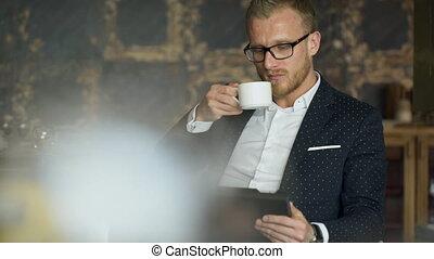 documents, tablette, bureau, asseoir, ouvrier, regarder, chaise, café