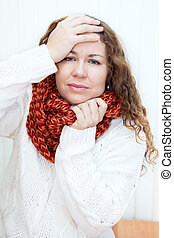 doença, mulher, em, lã, echarpe, com, dor de cabeça, segurar...