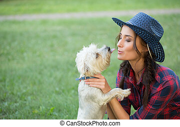 dog., camicia plaid, lei, cowboy, piccolo, sorridente, cappello, ragazza