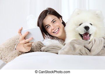 dog., chouchou, selfie, femme souriant