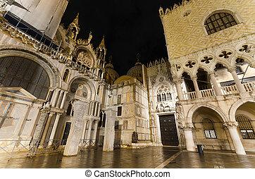 Doge´s palace at night, Venice, Italy.