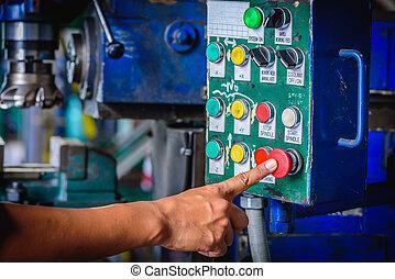 doigt, poussée, sur, rouges, urgence, arrêt, commutateur, fraiseuse, dans, usine, workshop.
