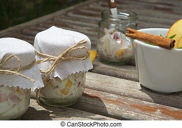 dois, óculos, de, caseiro, yogurt, com, pedaços, de, fresco, pêssego