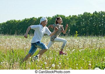 dois, adolescentes, corridas, em, prado