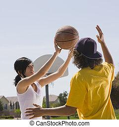 dois, adolescentes, jogo, basquetebol