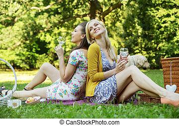 dois, alegre, mulheres, sentando, ligado, a, cobertor