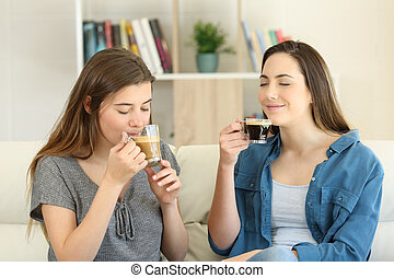 dois amigos, desfrutando, de, um, xícaras café, casa