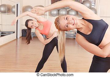 dois amigos, fazendo, esticar, exercícios, em, ginásio